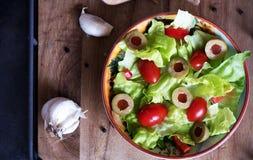 自创有机莴苣沙拉用蕃茄和橄榄 免版税图库摄影