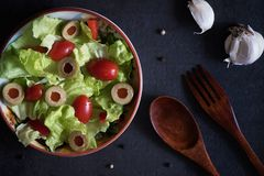 自创有机莴苣沙拉用蕃茄和橄榄 库存照片