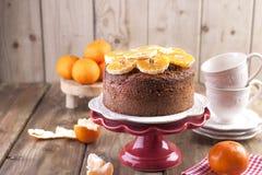 自创杯形蛋糕用在一块白色板材的蜜桔,茶的早餐杯子的 木背景,写的文本空间或 图库摄影