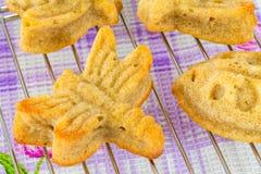 自创松饼品种在蝴蝶和蜻蜓形状的  免版税库存图片