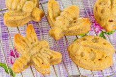 自创松饼品种在蝴蝶和蜻蜓形状的  免版税图库摄影