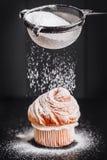 自创松饼用在黑背景,选择聚焦的搽粉的糖 自创的面包店 库存照片