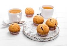 自创松饼用野草莓和绿茶 免版税库存照片