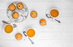 自创松饼用野草莓和绿茶 免版税库存图片