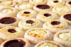自创果子烤饼用果酱和奶油 库存图片