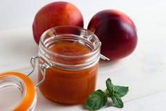 自创果酱由桃子和油桃制成 库存图片