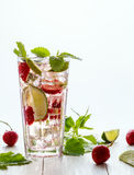自创柠檬水用草莓、石灰和薄菏 库存照片