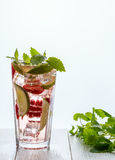 自创柠檬水用草莓、石灰和薄菏 免版税库存图片