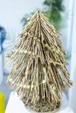 自创树由枝杈制成,用锥体和小珠装饰 库存照片