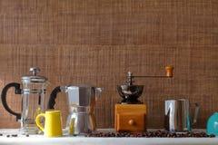 自创样式的传统咖啡壶器物在与拷贝空间的木背景 免版税图库摄影