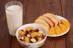 自创格兰诺拉麦片用在香草酸奶的新鲜的桃子 健康的早餐 库存图片