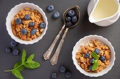自创格兰诺拉麦片用在黑背景的蓝莓 库存照片