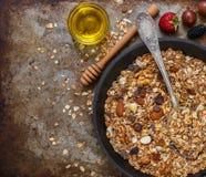 自创格兰诺拉麦片用葡萄干、核桃、杏仁和榛子 Muesli和蜂蜜 免版税图库摄影