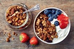 自创格兰诺拉麦片用酸奶和新鲜的莓果 免版税图库摄影