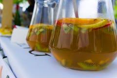 自创桑格里酒在街道市场卖了 免版税图库摄影