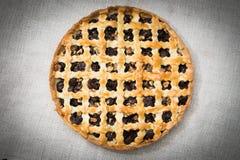 自创樱桃饼用核桃和一个酥脆外壳 免版税库存照片