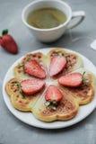 自创比利时华夫饼干用草莓和清凉茶在g 库存图片