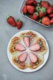 自创比利时华夫饼干用草莓和清凉茶在g 库存照片