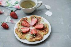 自创比利时华夫饼干用草莓和清凉茶在g 免版税库存照片