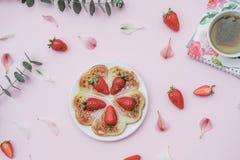 自创比利时华夫饼干用草莓和清凉茶在p 库存图片