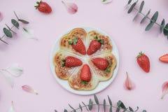 自创比利时华夫饼干用草莓和清凉茶在p 库存照片