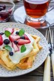 自创比利时华夫饼干用酸奶、草莓和蓝莓,早餐时间 免版税库存图片