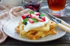 自创比利时华夫饼干用酸奶、草莓和蓝莓,早餐时间 库存照片