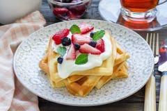 自创比利时华夫饼干用酸奶、草莓和蓝莓,早餐时间 库存图片