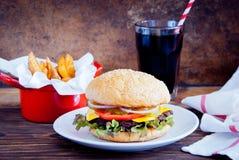 自创汉堡、油炸物和冷的饮料 免版税图库摄影