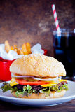 自创汉堡、油炸物和冷的饮料 免版税库存图片