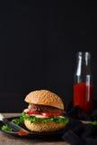 自创汉堡用牛肉、沙拉和西红柿酱 免版税库存照片