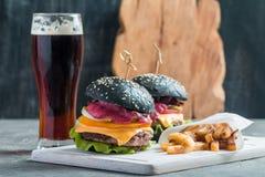 自创汉堡用黑小圆面包 库存照片