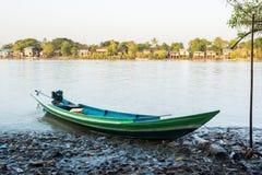 自创汽艇在一个渔村登陆了清早 图库摄影
