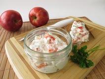 自创沙拉用苹果和三文鱼 免版税库存照片