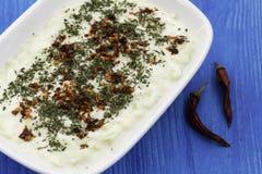 自创沙拉用酸奶、土豆和黄瓜 免版税图库摄影