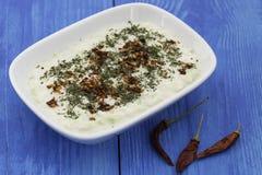 自创沙拉用酸奶、土豆和黄瓜 免版税库存照片