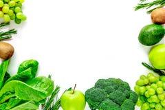 自创沙拉的有机食品用在白色书桌背景顶视图大模型的绿色硬花甘蓝 库存照片