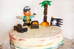 自创海盗彩虹蛋糕为孩子生日 免版税库存照片