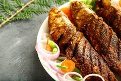 自创海鲜,油煎的鱼用异乎寻常的香料 库存照片