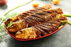 自创海鲜,油煎的鱼用异乎寻常的香料 图库摄影