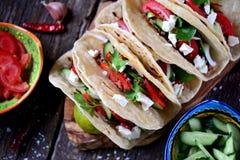 自创炸玉米饼用在西红柿酱的肉末用新鲜的蕃茄、黄瓜、辣椒和软干酪 墨西哥食物 库存照片