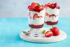 自创点心用新草莓,乳脂干酪和strawb 免版税库存照片