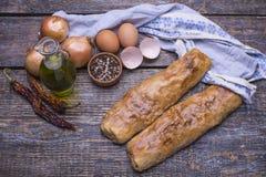 自创烘烤-果馅奶酪卷用肉和圆白菜在一个木板,背景 库存照片