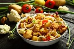 自创烤土豆和花椰菜沙拉 库存图片