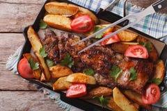 自创烤肉:肉和土豆水平的顶视图 免版税库存图片