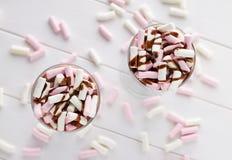 自创热巧克力用五颜六色的蛋白软糖和顶部 免版税库存照片