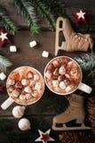自创热巧克力用蛋白软糖和打好的奶油在vitage木背景 仍然生活冬天 库存图片