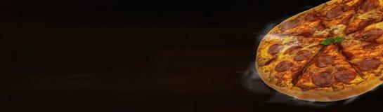 自创热的比萨有黑暗的木背景 免版税库存照片