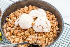 自创煮熟的大黄和苹果粉碎用燕麦粥和vanil 库存图片
