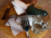 自创猪油用调味品 新鲜面包,一杯伏特加酒,酱瓜 自然食物,开胃菜 特写镜头 罗宋汤特写镜头烹调俄语汤 免版税库存照片